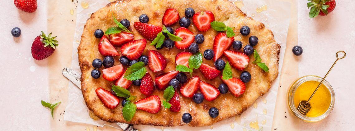 Focaccia na słodko z truskawkami i gruszkami