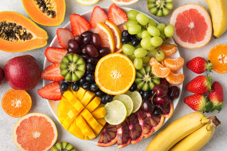 Jedzenie owoców na noc. Jakie można, a jakich lepiej unikać?