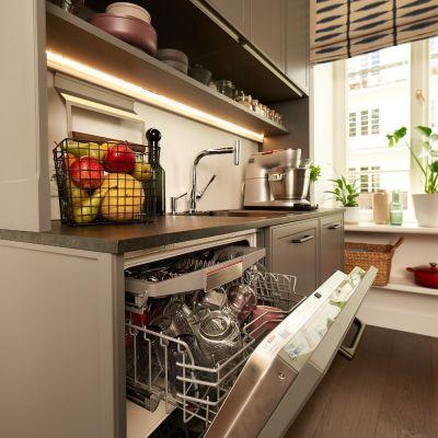 Projektujemy strefę zmywania. Jak optymalnie ulokować zlew, zmywarkę i kosze na śmieci?