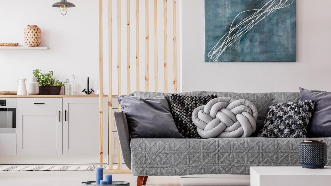 Aneks sypialny w salonie – rozwiązanie do kawalerki