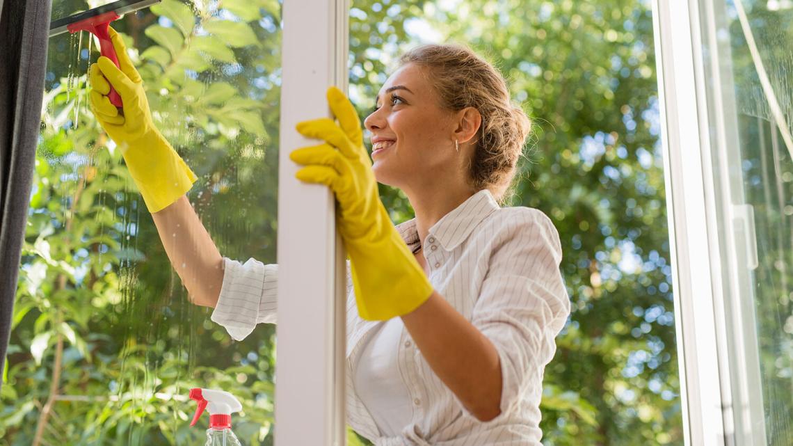 Mycie okien – szyby bez smug w kilku prostych krokach