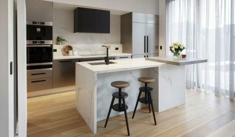 Co na podłogę w kuchni: płytki czy drewno?