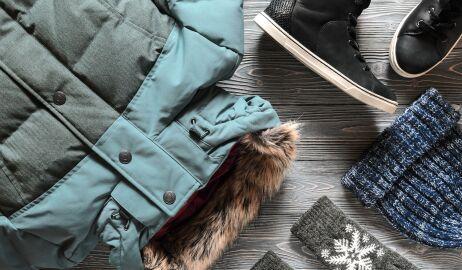 Jak zadbać o zimowe ubrania latem? Przydatny sprzęt AGD i porady
