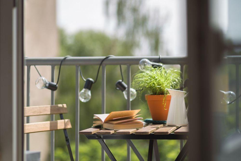 oświetlenie balkonu, lampki, ksiązka