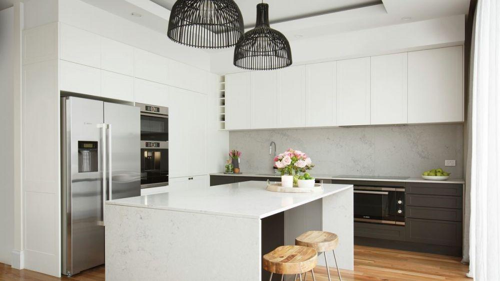 jasna kuchnia z lampami