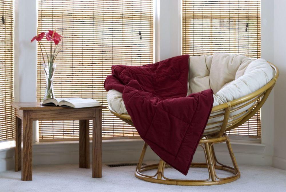 rolety, słomkowe rolety w salonie, fotel