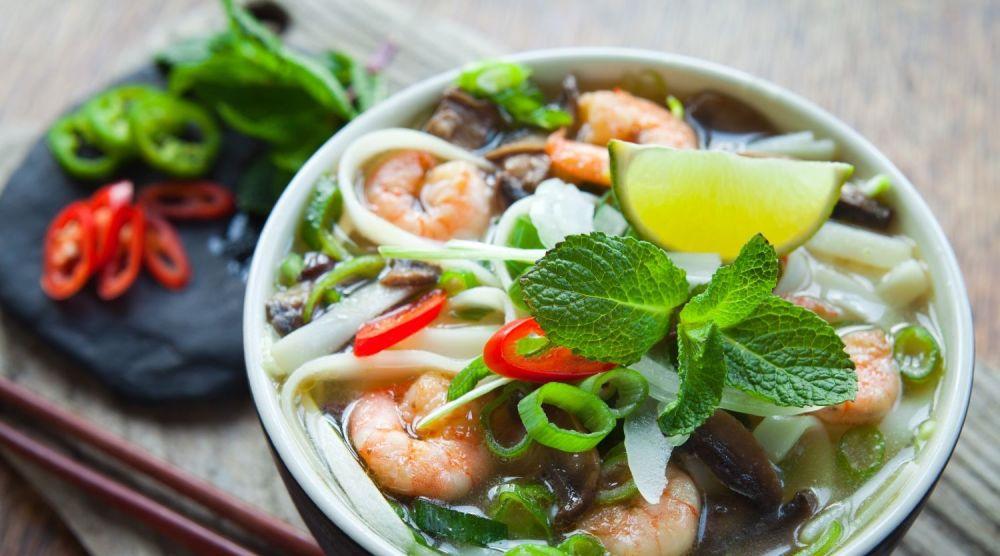 Talerz azjatyckiej zupy z krewetkami