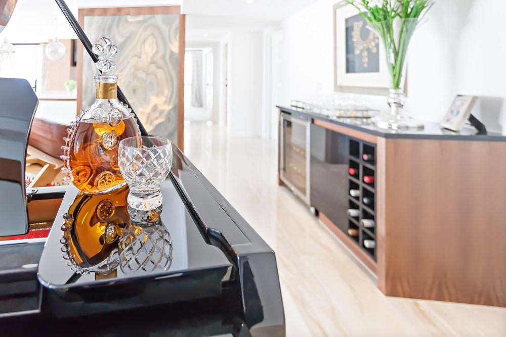 barek w salonie, półki na wino