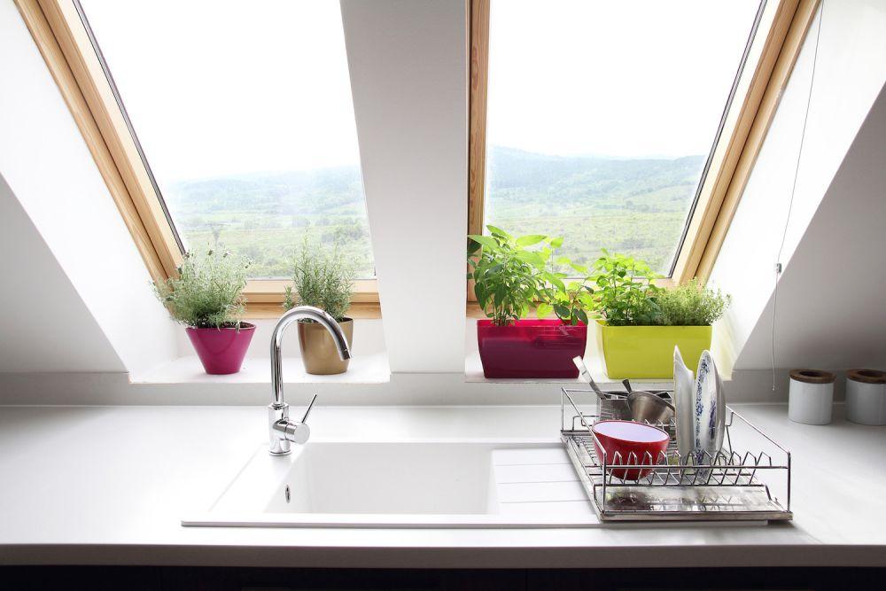 ociekacze na naczynia obok zlewu