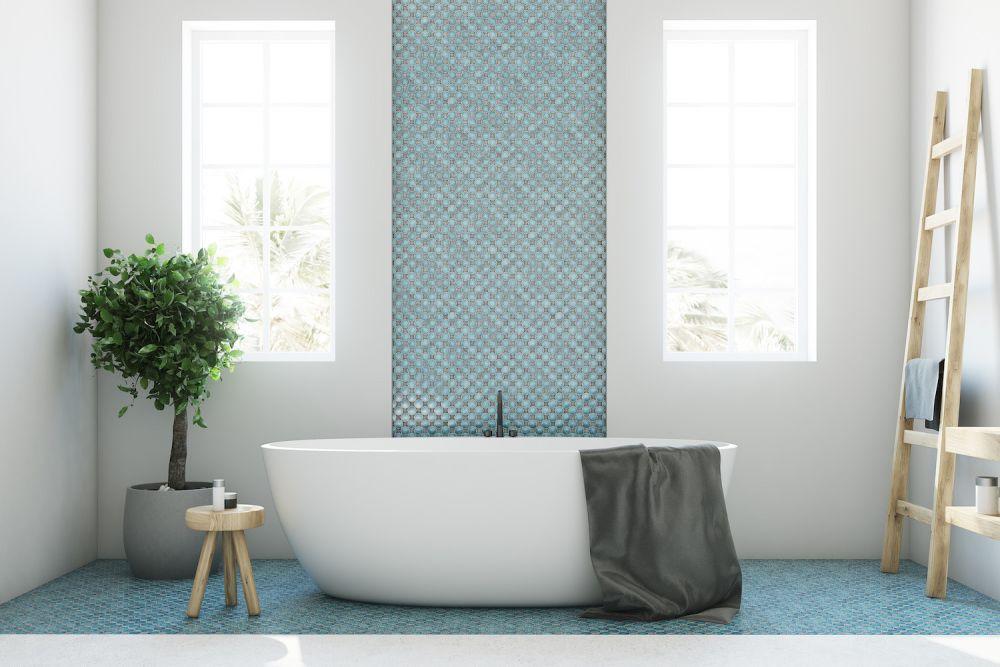 biała łazienka z turkusowym akcentem, wanna wolnostojąca