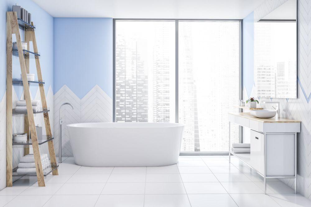 białe płytki w łazience, niebieski akcent w białej łazience z wanną