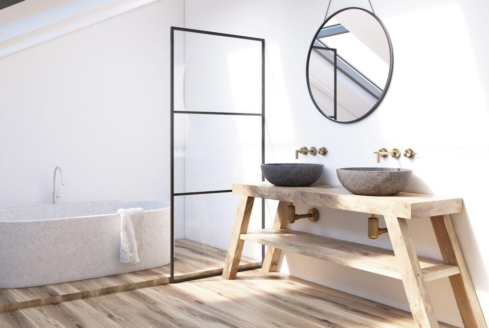 biała łazienka z drewnianymi i czarnymi dodatkami