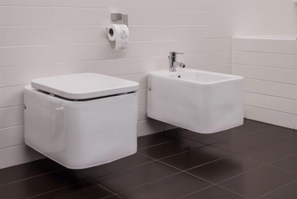 biały bidet w łazience