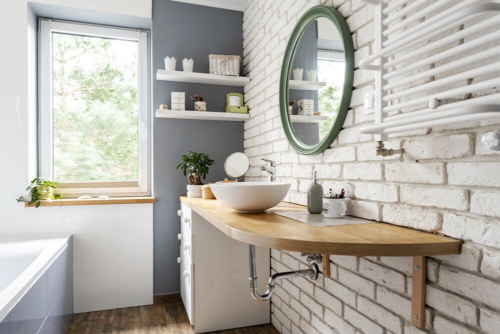 biała cegła na ścianie w łazience