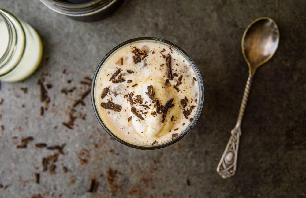 kawa mrożona, kawa na upały, orzeźwiające napoje, kawa na zimno przepis