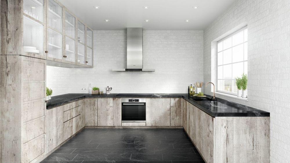ciemna podłoga w kuchni i jasne, drewniane meble