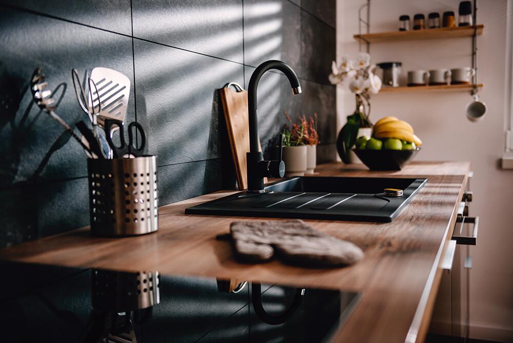 Czarny zlew w kuchni
