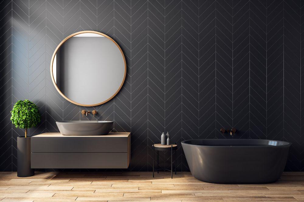 czarna łazienka z czarną wanną i dużym lustrem