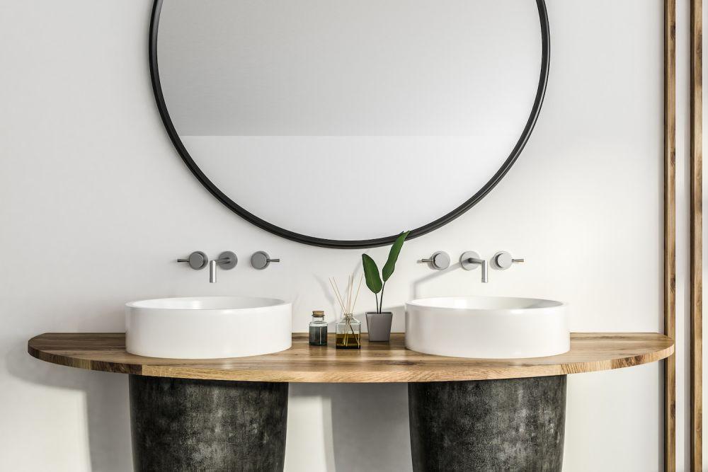 duże lustro łazienkowe w . czarnej ramie, drewniany blat pod umywalki