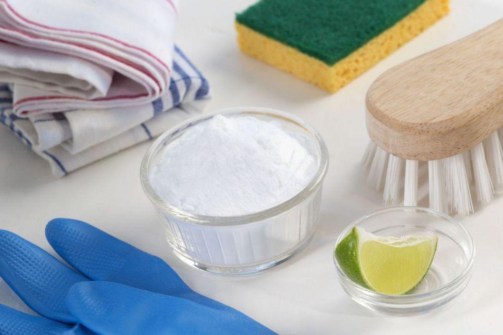 soda, rękawiczki, szczotka, sprzątanie