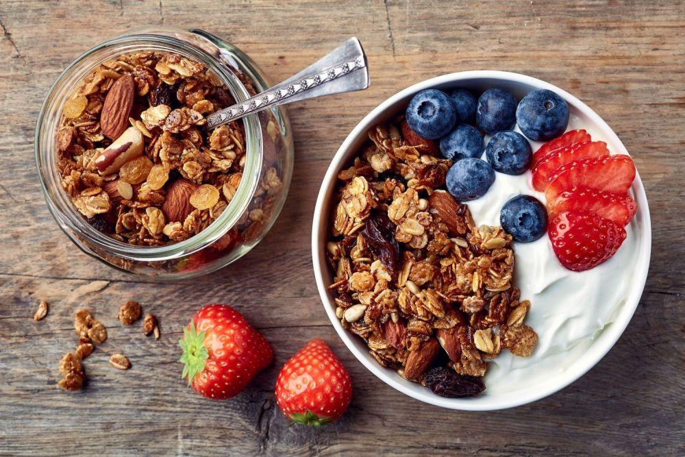 domowa granola z jogurtem
