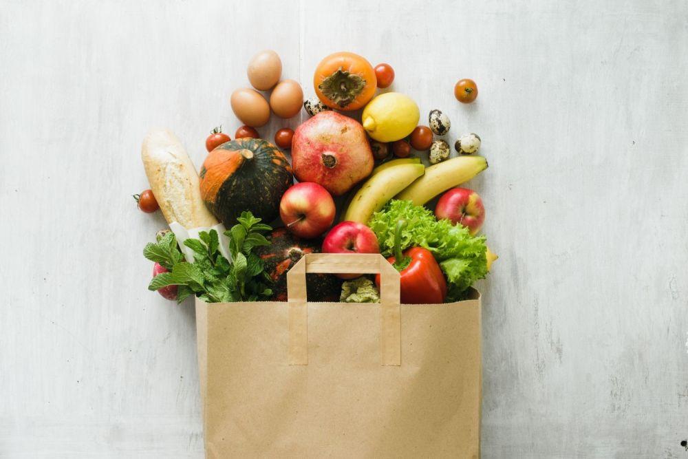 owoce w papierowej torbie