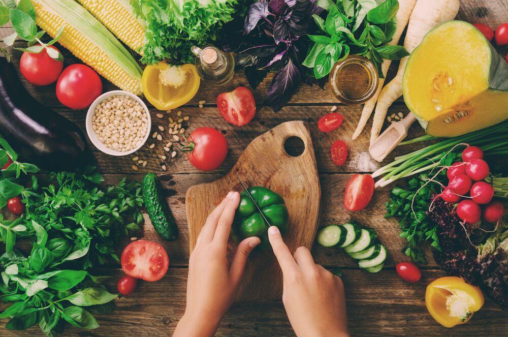 warzywa, zdrowe warzywa, zielona papryka, krojenie papryki, dieta dla zdrowia i urody