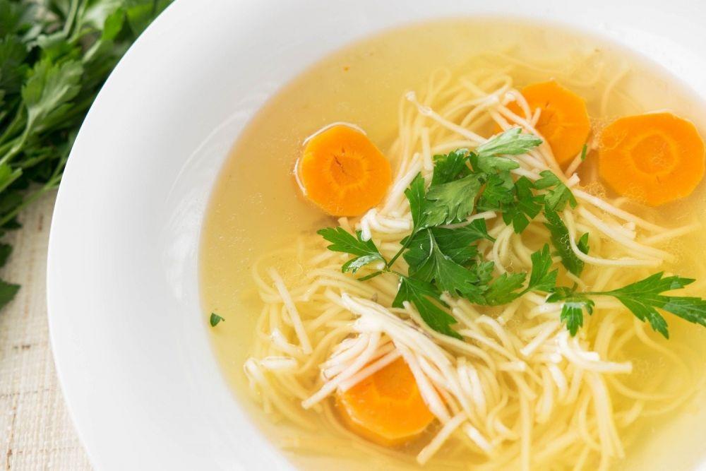 rosół z makaronem i marchewką, zupa, pietruszka, talerz zupy