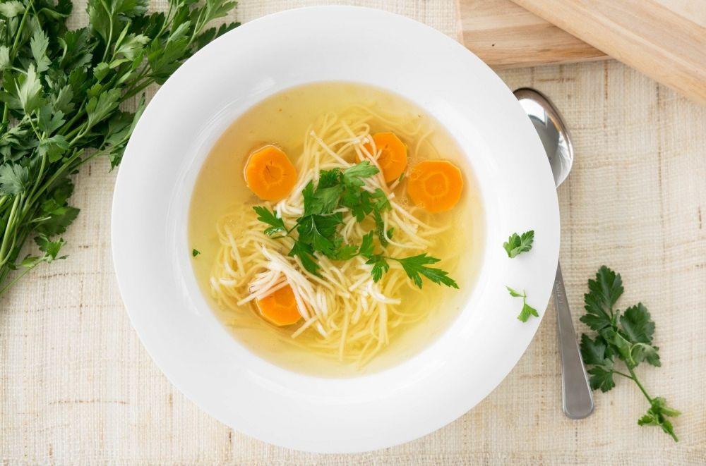 rosół z makaronem i marchewką, zupa