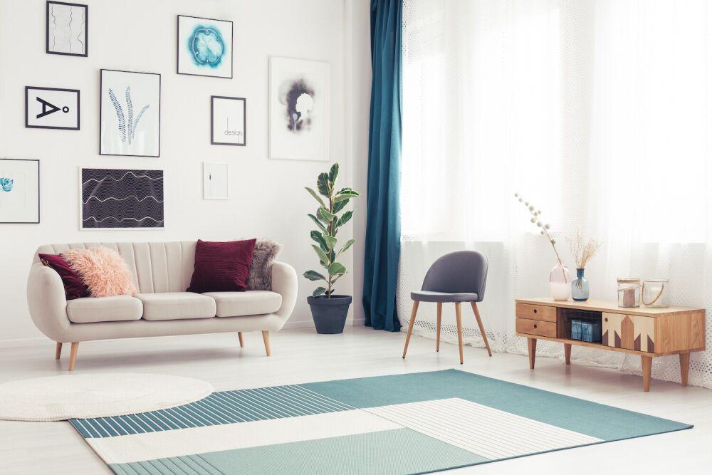 jasny salon, niebieski dywan do salonu
