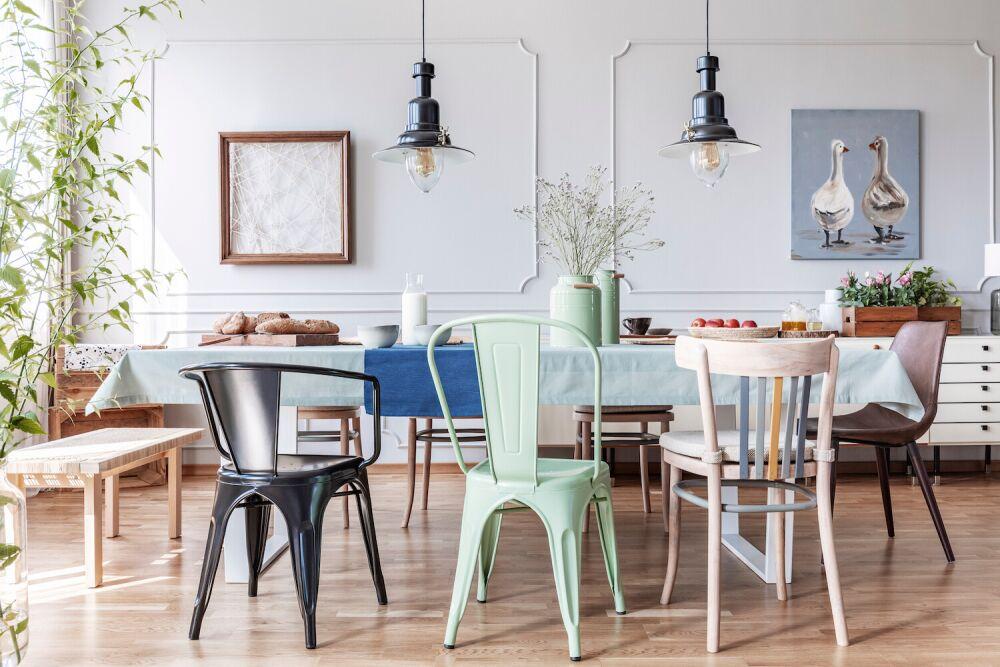 kuchnia, różne krzesła przy stole w kuchni, kolorowe krzesła, kuchnia z aneksem