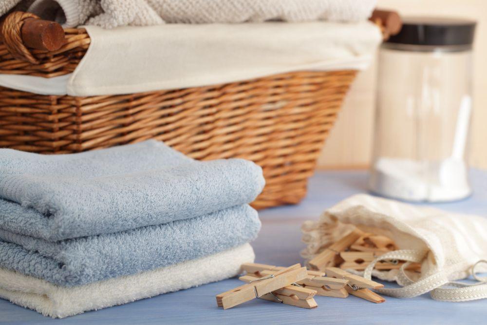 pranie, pleciony koszyk, drewniane spinacze