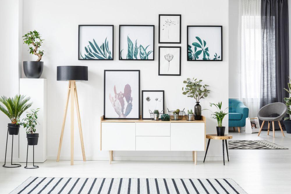 plakaty na białej ścianie, kompozycja plakatowa