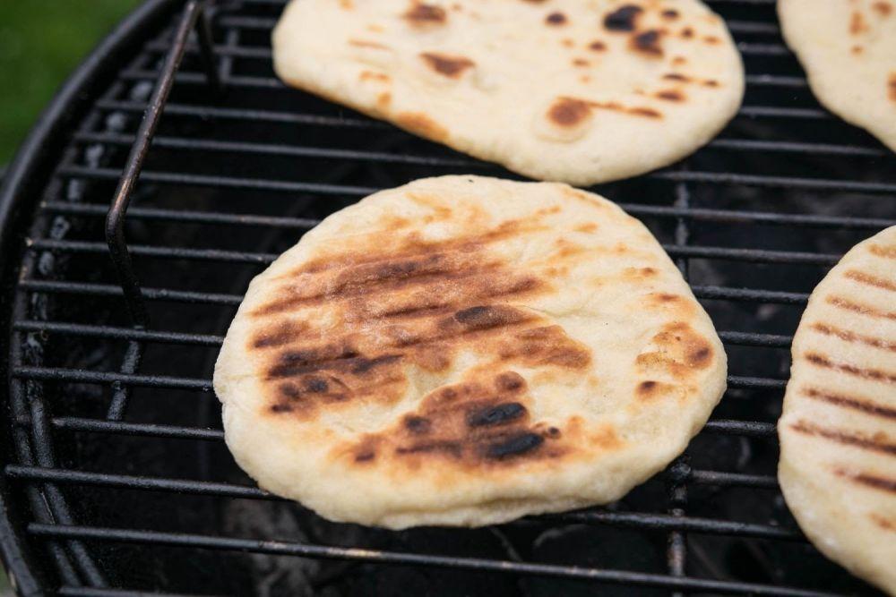 Indyjski chlebek pieczony na grillu - zdjęcie 1