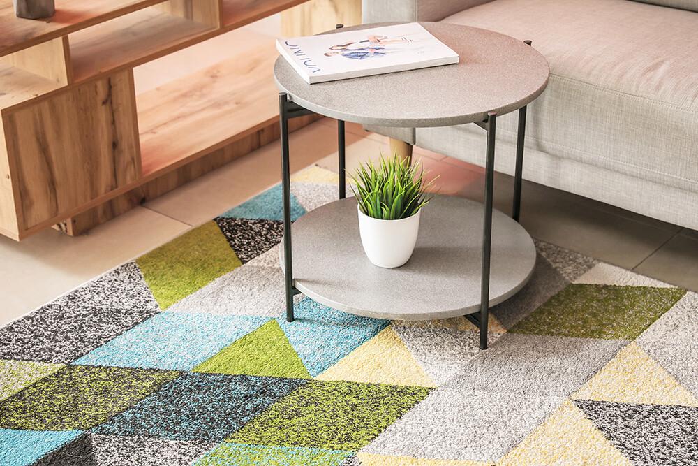 stolik kawowy na kolorowym dywanie, jak czyścić dywany, jak pielęgnować dywany