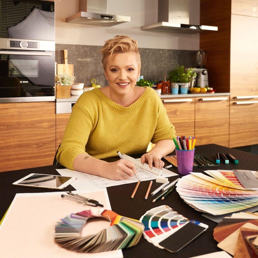 Dorota Szelągowska przy stole robiąca projekt