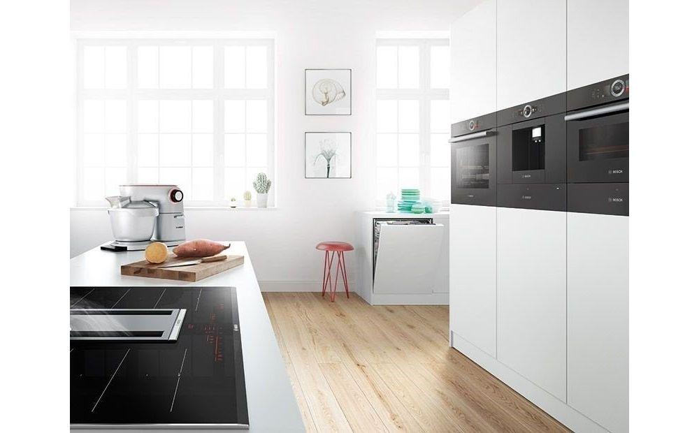 biała kuchnia z blatem z płytą indukcyjną i piekarnikiem w zabudowie