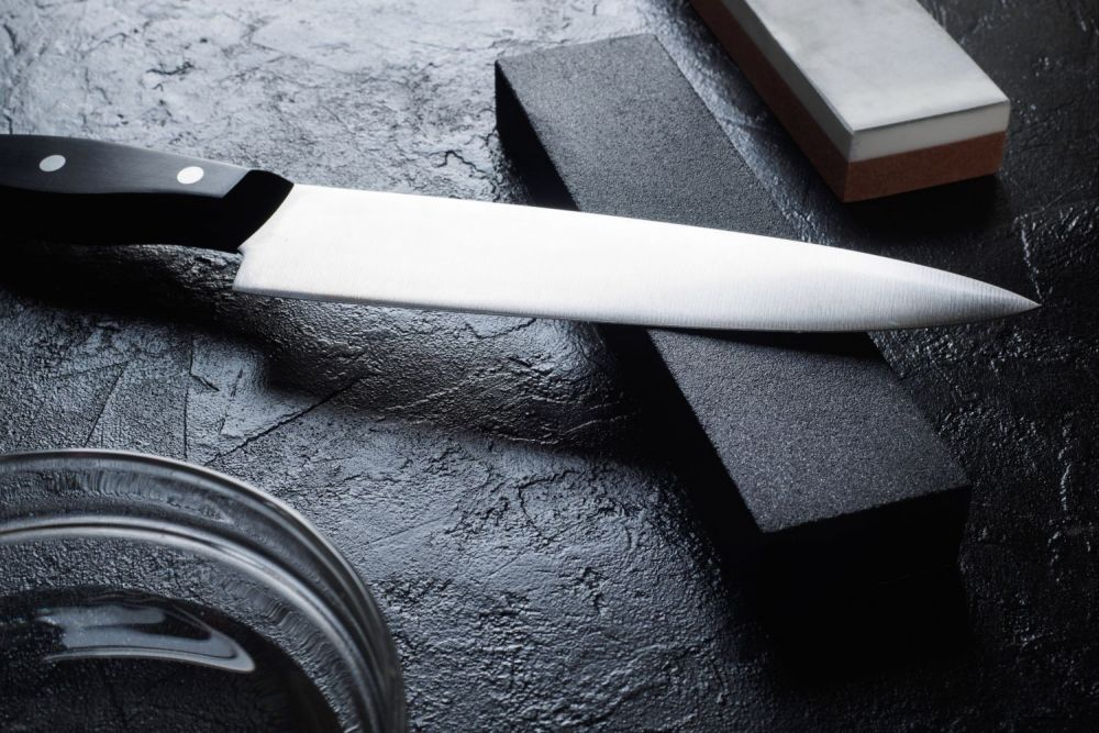 nóż na czarnym blacie