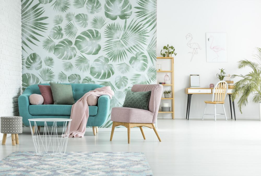 tapeta z motywem roślinnym i biała cegła na ścianie
