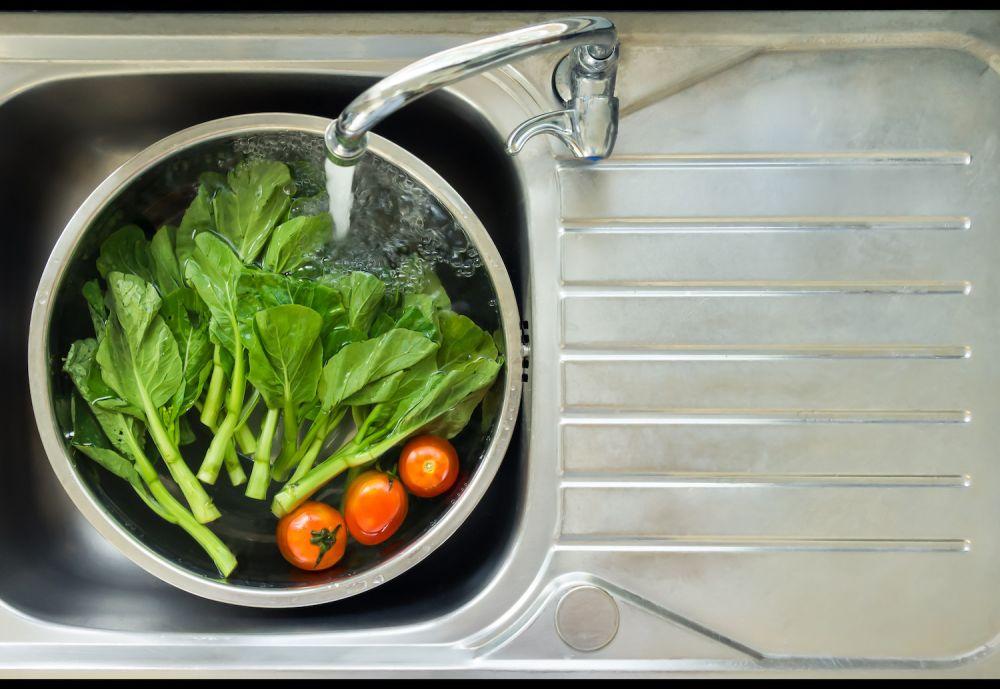 sałata i pomidory, mycie warzyw w zlewie