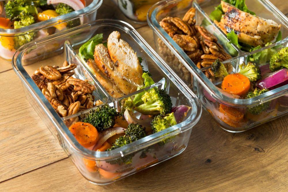 Lunchbox w szklanym naczyniu na stole