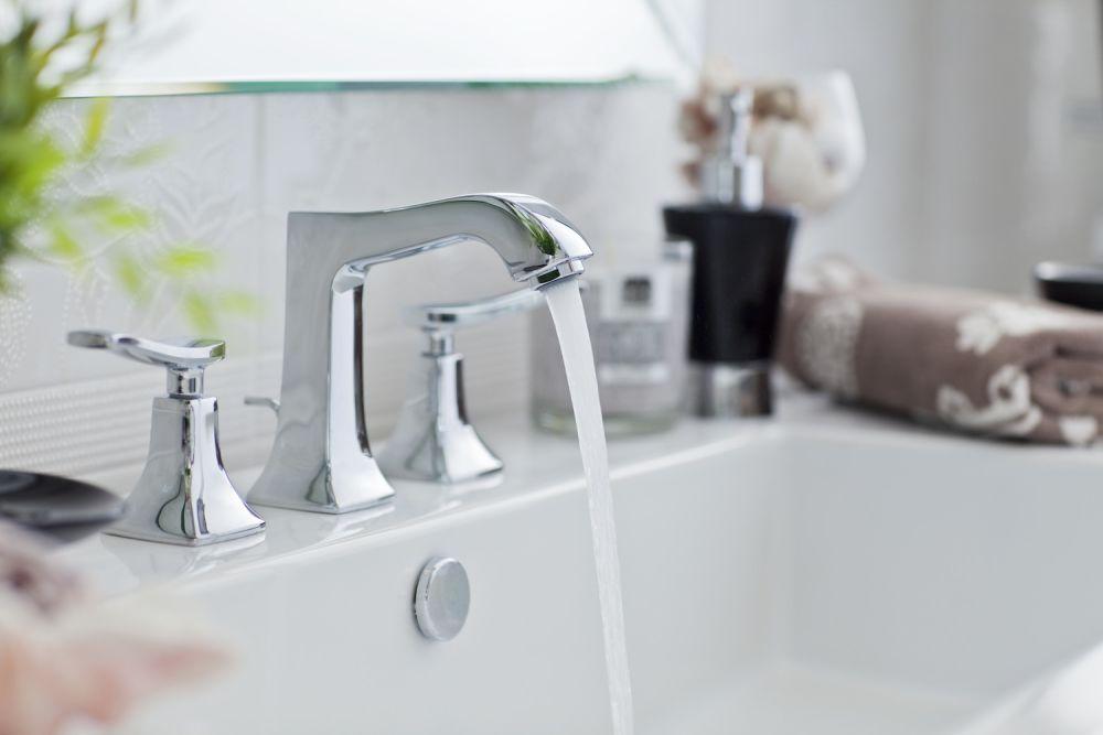 kran w łazience z odkręconą wodą