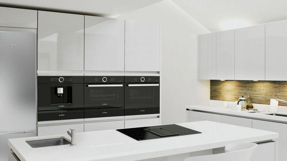 meble na wysoki połysk w białej kuchni