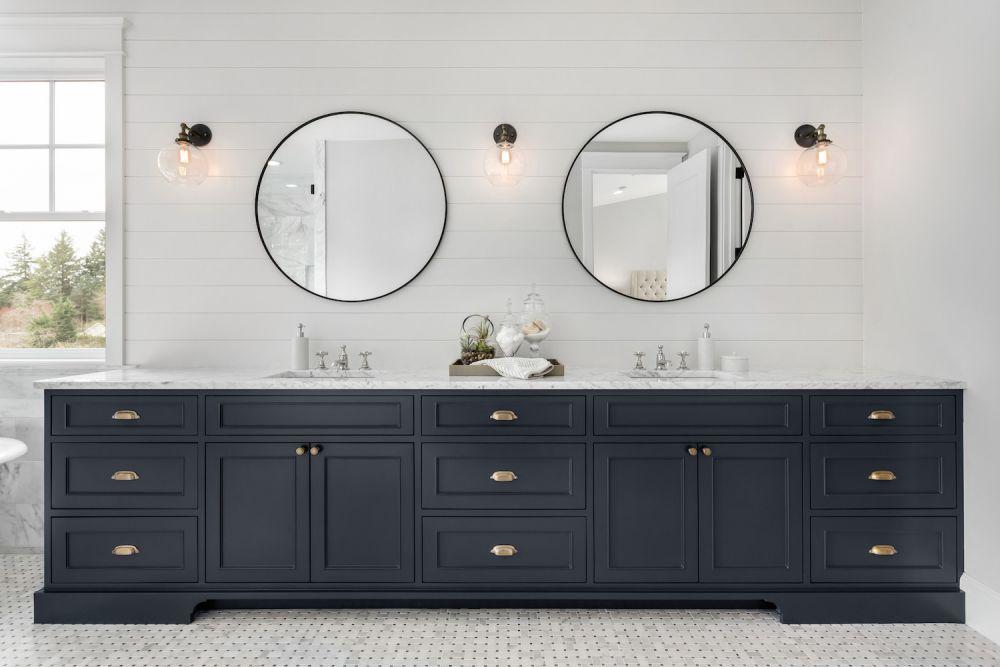 duża łazienka, granatowe meble, duże lustra łazienkowe
