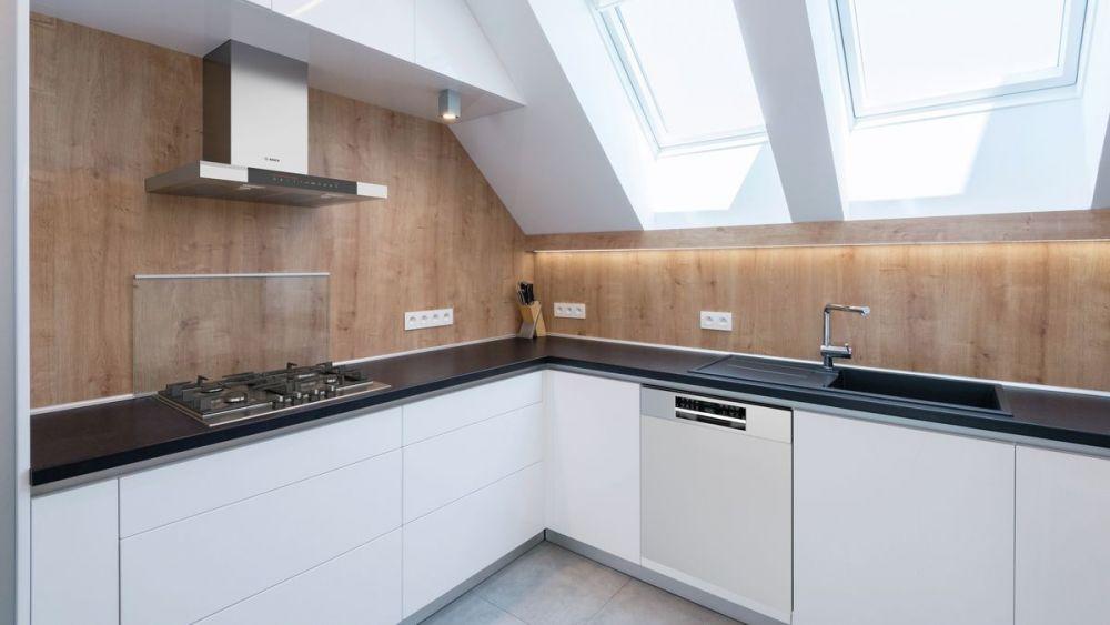 mała kuchnia, skosy, okna dachowe, drewno