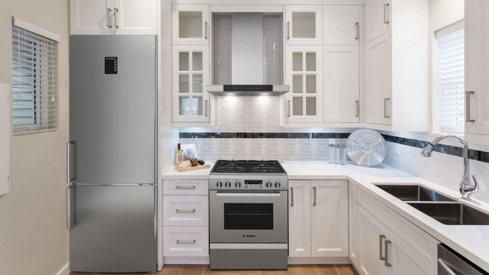 jasna kuchnia, piekarnik, lodówka, mała kuchnia, białe meble kuchenne