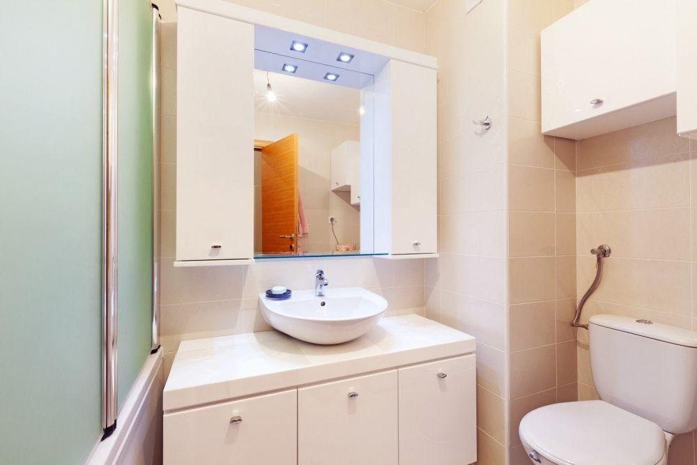 łazienka z lustrem, wanną i zasłoną prysznicową