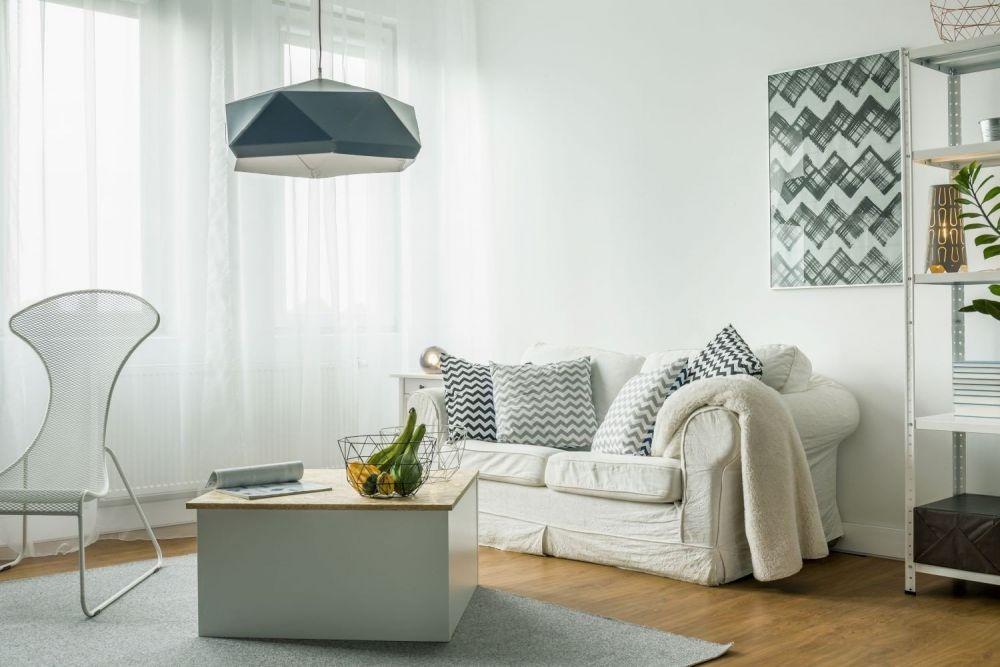 salon z kanapą, stołem i fotelem