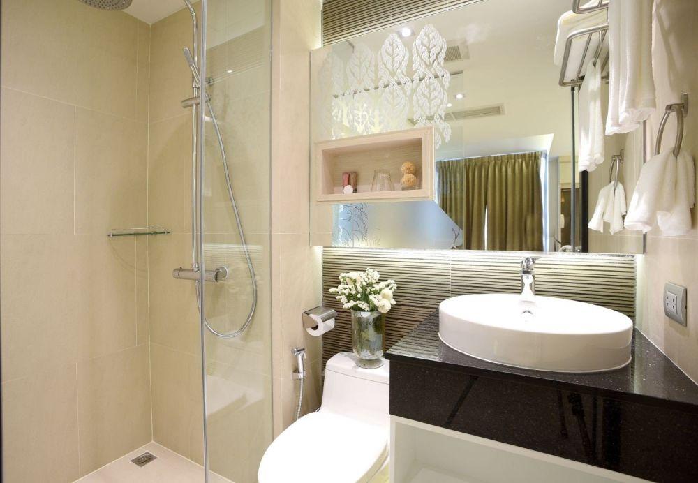 mała łazienka z prysznicem, lustrem, umywalką