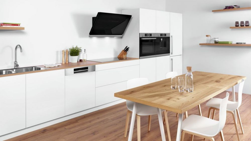 kuchnia, stół, drewniany stół, biała kuchnia, telewizor